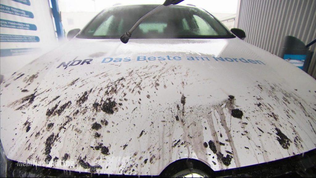 schmutziges Auto in Waschanlage